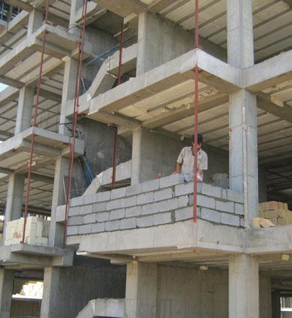 پروژه 180 واحدی مهر ایرانیانبا تلاش شبانه روزی مدیران و مهندسین و پرسنل فنی پروژه هم اکنون ساختمان بلوک  A در حال اجرای سقف آخر می باشد و همچنین دیوار چینی های بلوک نیز آغاز شده  است.